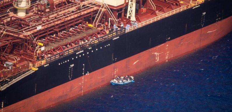 Sbarco a Pozzallo per i 27 naufraghi della Maersk Etienne: l'odissea di 40 giorni