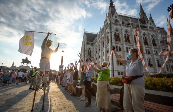 Ungheria, cittadini in piazza per opporsi al controllo politico delle università voluto da Orbán