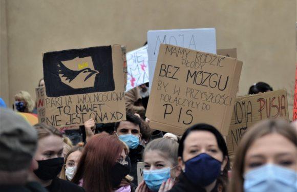 Polonia, migliaia di cittadini da giorni protestano contro il divieto quasi totale di aborto