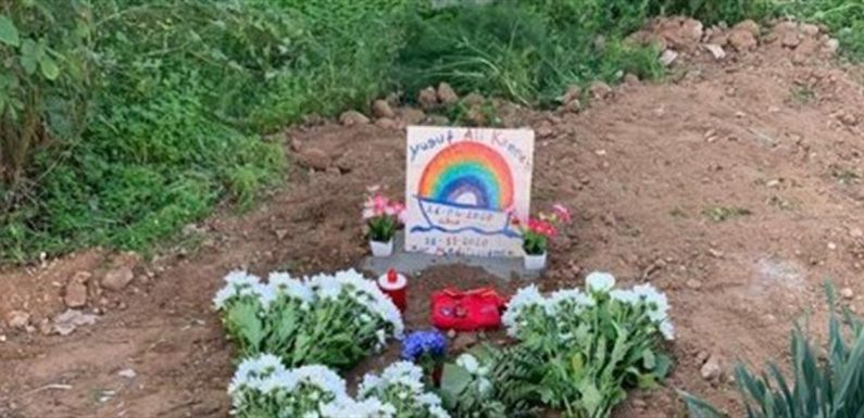 Il piccolo Joseph sepolto a Lampedusa, sulla lapide disegnata una barca e l'arcobaleno
