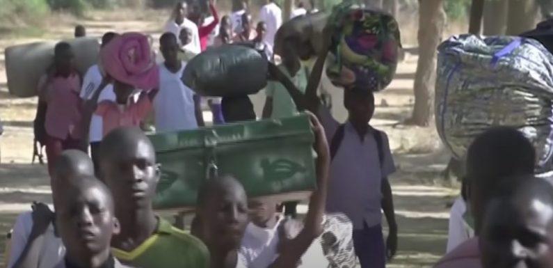 Nigeria, il gruppo terrorista jihadista Boko Haram rivendica il rapimento di 300 studenti: due uccisi in uno scontro a fuoco, altri 17 salvi