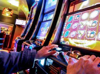 Non rispondiamo alla pandemia riproponendo le slot machines
