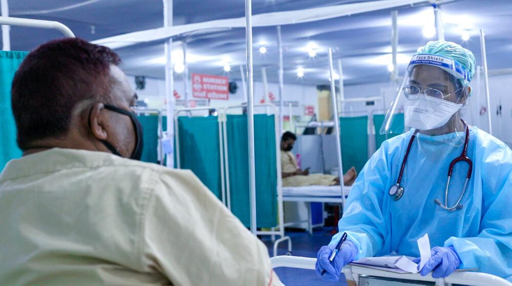 Operatore MSF effettua una visita a un paziente Covid-19 in India