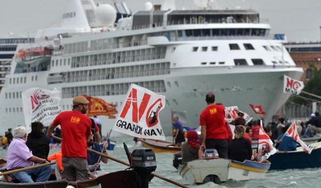 In corteo a Venezia, fuori le grandi navi dalla Laguna: questa non è economia ma devastazione e sfruttamento