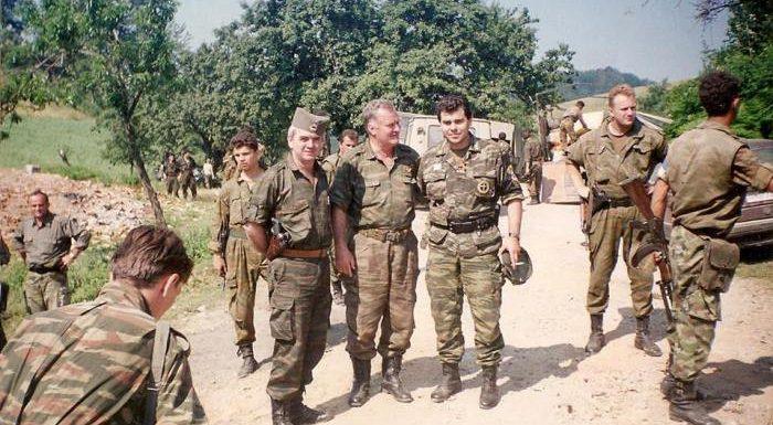 """La condanna definitiva del """"boia di Srebrenica"""" Ratko Mladić, il negazionismo del genocidio in Bosnia e la fusione con le teorie complottiste dell'estrema destra"""