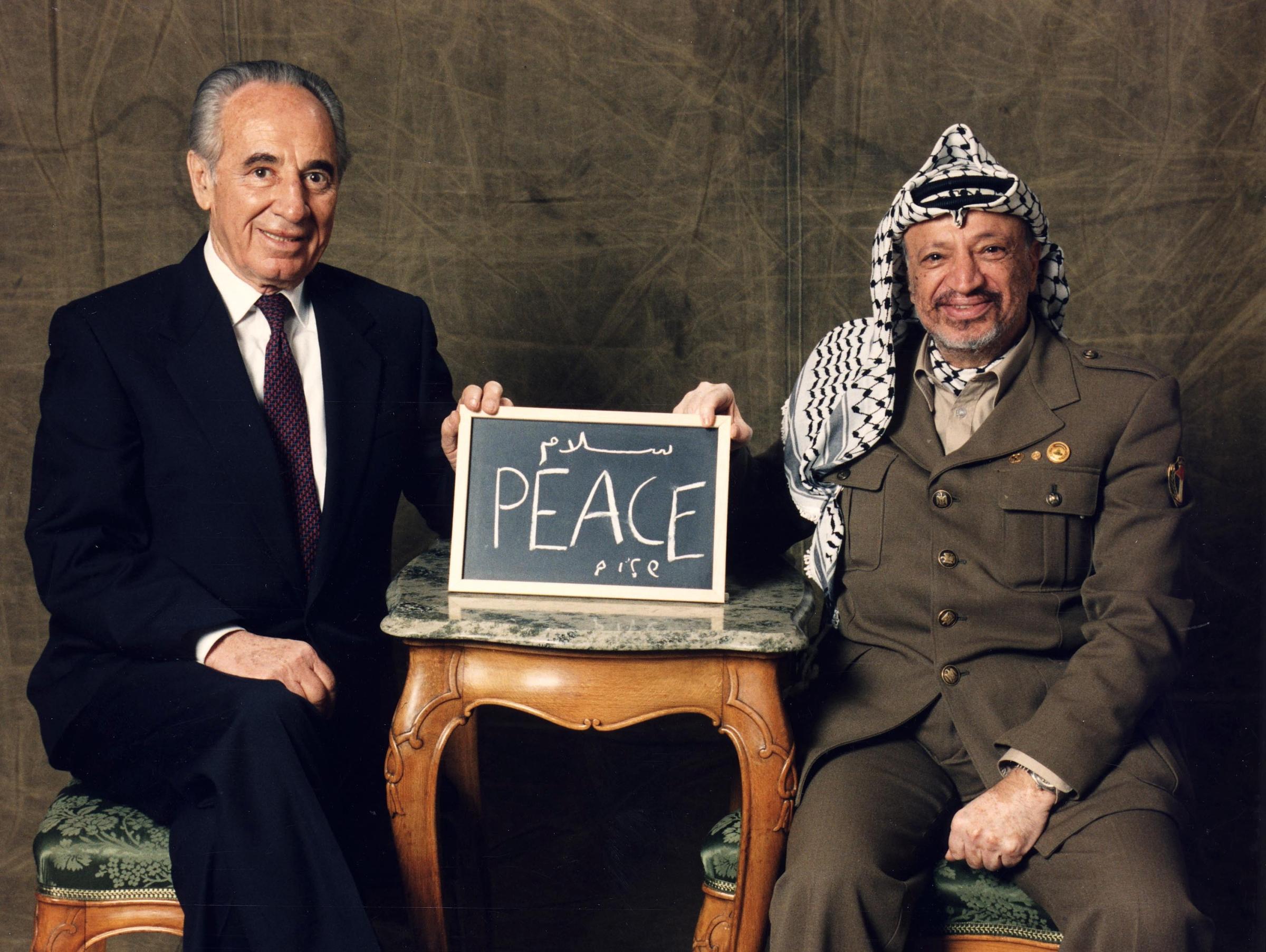 ARKIV 941212 - Israels utrikesminister Shimon Peres (v) och PLO-ledaren Yassir Arafat h嬬er upp en griffeltavla med ordet fred skrivet p堲espektives spr嫬 under fotograferingen p堇rand Hotel i Stockholm. Peres och Arafat mottog, tillsammans med Israels premi䲭inister Yatzhik Rabbin, Nobels Fredspris i Oslo tv堤agar tidigare, den 10 december 1994. Foto: Claes L�en Kod: 1029 COPYRIGHT SCANPIX SWEDEN Israele, morto l'ex presidente Shimon Peres Foto d'archivio LaPresse -- Only Italy