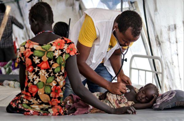 Un membro di MSF esamina un paziente nell'unità di degenza di MSF nella città di Pibor