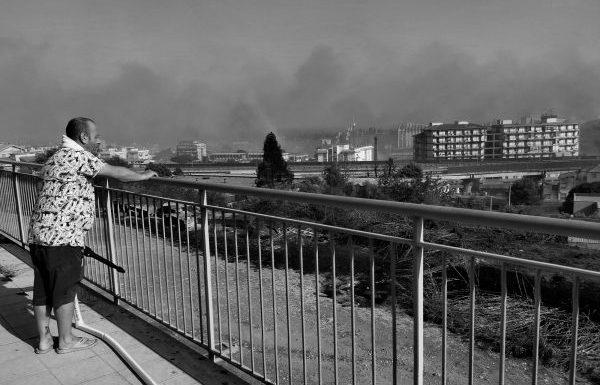 Gli abitanti del quartiere hanno salvato gli uffici comunali dalle fiamme