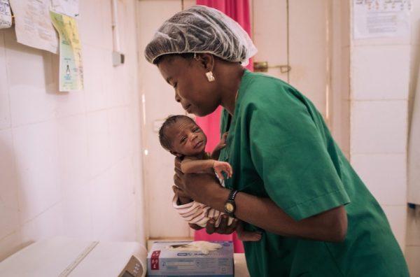 Un'ostetrica nel centro sanitario MSF di Ndu fornisce cure a un neonato